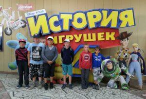 Отдыхающих в пришкольном лагере «Закулисье» отправились на просмотр мультфильма в кинотеатр «Восход»