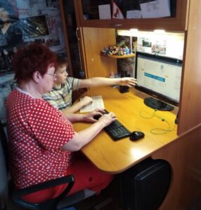 Обучающиеся 4 «А» класса МБОУ «СОШ №6» провели акцию «Переведи бабушку и дедушку в Интернет»
